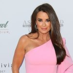 Kyle Richards shares scary video aftermath of her walking into a beehive that led to hospitalization 💥👩💥