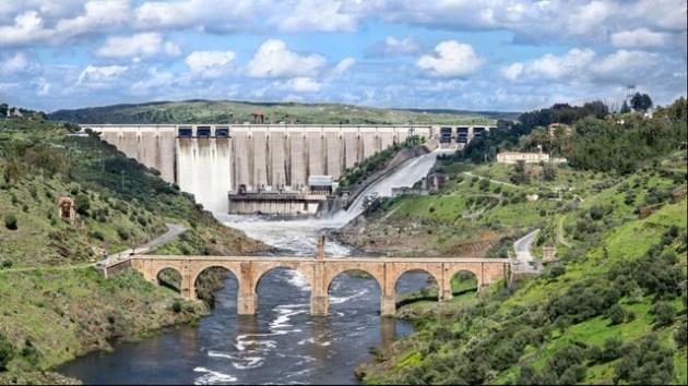 Puente romano y presa de Alcántara, con todas las compuertas abiertas (abril de 2013. Alcántara (Cáceres), río Tajo.