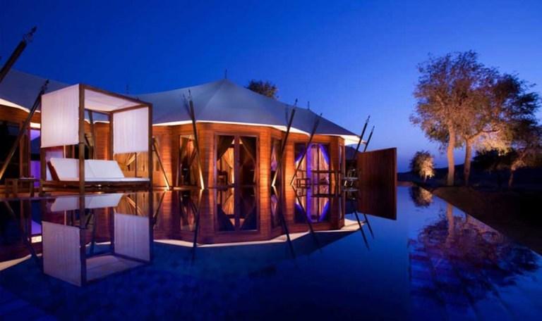 Banyan Tree Al Wadi, UAE: esta é uma verdadeira miragem de um oásis no deserto, porém muito real. As vilas de tendas temáticas deste glamping nos Emirados Árabes são confortáveis e luxuosas, trazendo tradições locais. Refresque-se na sua grande piscina privada de boas-vindas, ou receba todos os mimos do spa na beira dela e relaxe