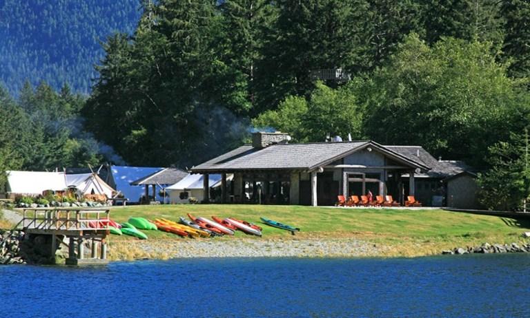Clayoquot Wilderness Resort, no Canadá: aberto apenas de maio a setembro, este resort oferece a mais completa infraestrutura para um safári. Entre os serviços: cabana com chuveiro exclusivo, spa e restaurante