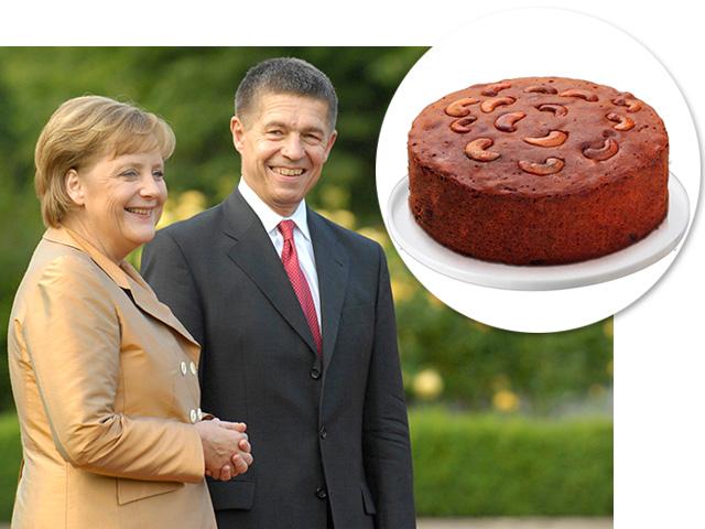 Bolo de ameixa, especialidade de Angela Merkel, e a chanceler ao lado de seu marido,