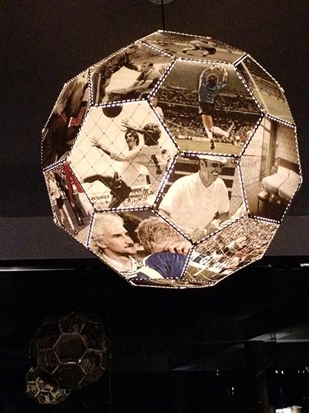 """O futebol alemão é tema das """"light boxes"""" feitas pelo artista Claus Föttinger, presentes tanto no restaurante quanto no bar do hotel"""