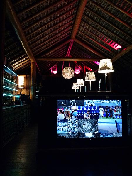 O bar do hotel, cuja decoração foi feita pelos artistas e fotógrafos alemães Claus Föttinger e Andreas Gursky