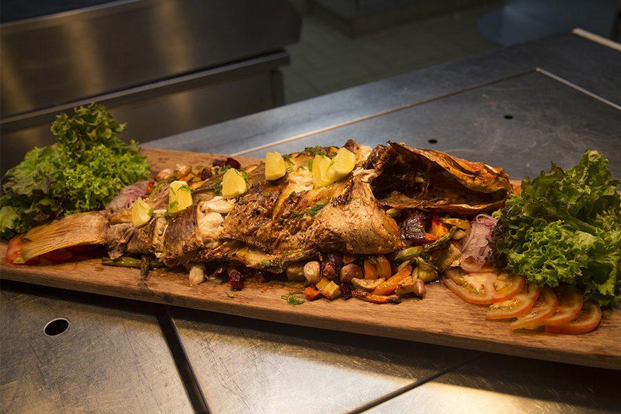 O peixe com legumes salteados preparado pelo chef do hotel, Thiago Paixão