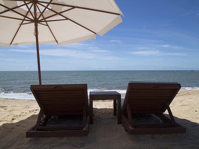 O hotel oferece cadeiras e guarda-sol para o maior conforto de seus hóspedes...nada mal, hein?