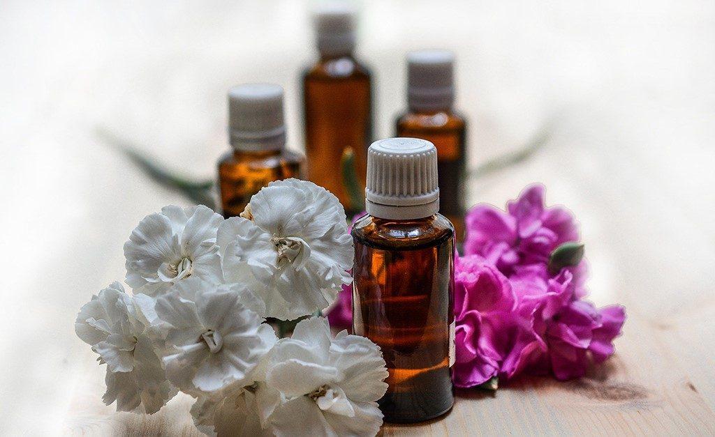 Como os florais e os óleos essenciais podem ajudar a diminuir o estresse e a ansiedade, dois inimigos do bem-estar ? Glamurama