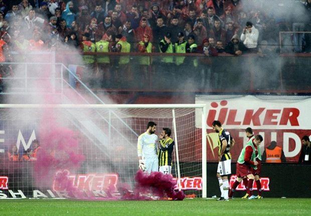 Trabzonspor-Fenerbahce clash abandoned amid fan violence