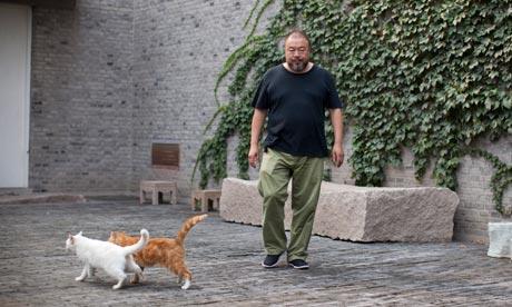 """Artist Ai Weiwei in his B 007 译者   《卫报》艾未未 """"每天我都在想今天我该又被抓进去了。"""""""