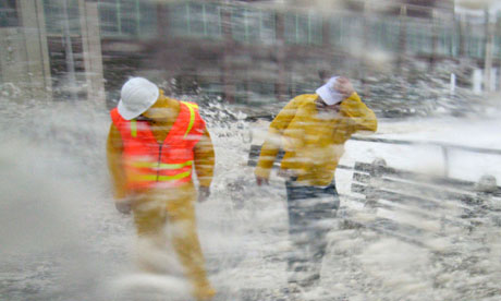 Un reactor nuclear din Maryland a fost oprit după ce uraganul Irene a provocat unele stricăciuni. În Imagine, curajoşii inspectori pentru siguranţa verificând   Asbury Park, New Jersey, la 28 august 2011. Fotografie: Chip-Est / Reuters