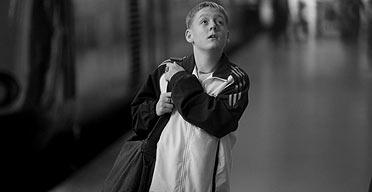 טומו בתחנת הרכבת בסרטו של שיין מדוז