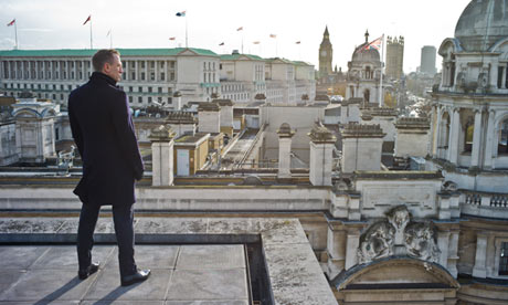 Daniel Craig als James Bond op de rooftops in Londen