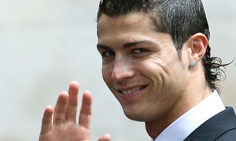 E finalmente ufficiale il trasferimento record di Cristiano Ronaldo al Real Madrid, che intanto cede Saviola al Benfica