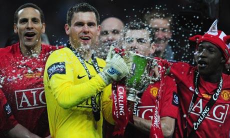 I giocatori dello United festeggiano la vittoria della terza Coppa di Lega nella storia della società (guim.co.uk)