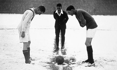 https://i0.wp.com/static.guim.co.uk/sys-images/Football/Pix/pictures/2010/1/9/1263040711729/Tossing-up-in-the-snow-001.jpg