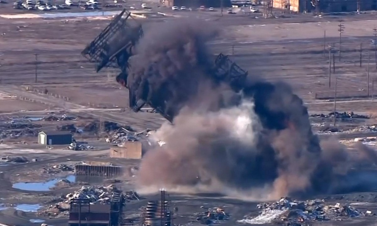 Blast furnace demolished at steel mill in Maryland