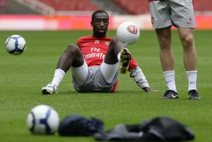 https://i0.wp.com/static.guim.co.uk/sys-images/Guardian/Pix/pictures/2009/8/5/1249484398747/Arsenals-Djourou-controls-006.jpg?resize=304%2C203