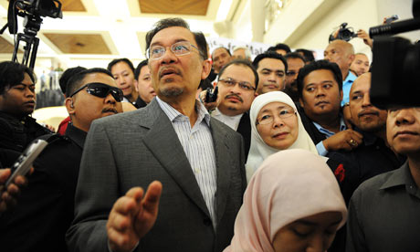 Malaysian opposition leader Anwar Ibrahim arrives at court in Kuala Lumpur with his wife