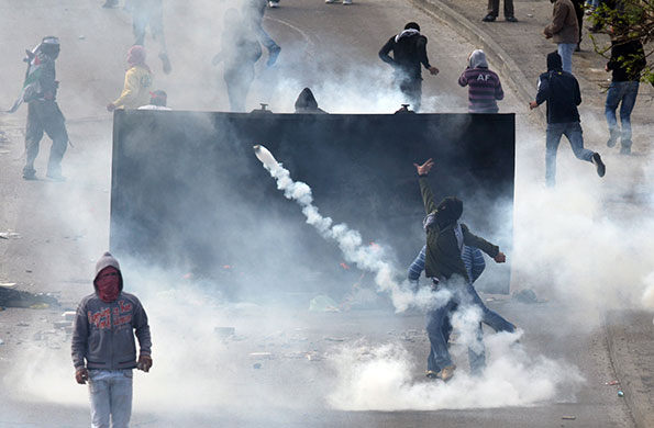 East Jerusalem protests: Tear gas falls as Palestinian demonstrators clash with Israeli soldiers