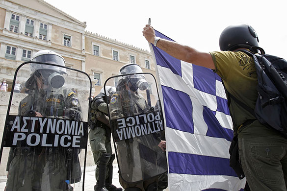 Strike in Greece: Demonstrators and riot police in front of the Greek parliament