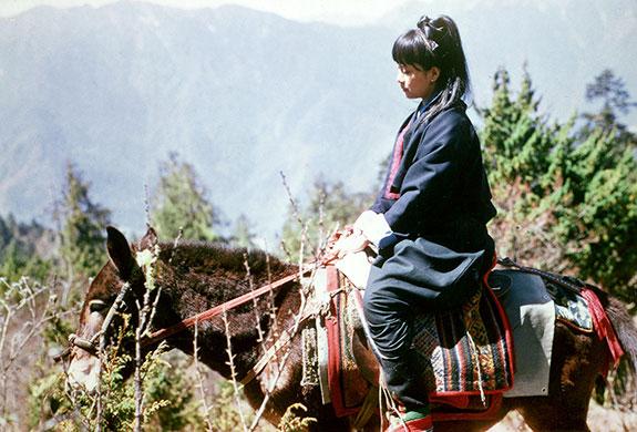 Bà Aung San Suu Kyi cưỡi ngựa lên núi trong chuyến đi Bhutan năm 1971