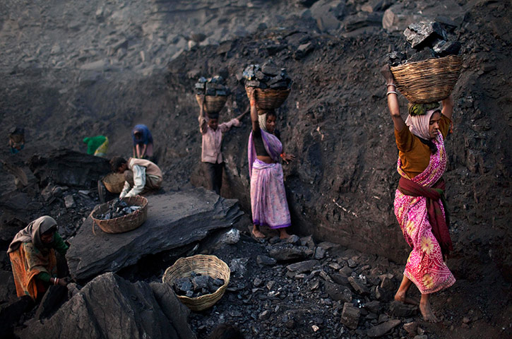Kevin Frayer coal mine: Coal scavengers in Bokapahari, India