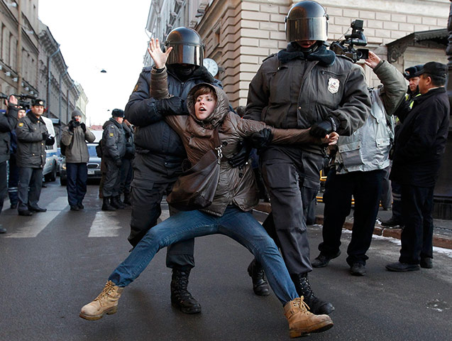 Women protesting: Russian police detain a participant