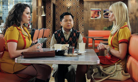 Matthew Moy as Han Lee (centre) in 2 Broke Girls.