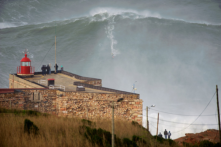 Garrett McNamara : Garrett McNamara surfing on a giant wave in Nazaré Portugal
