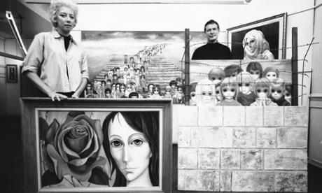 Margaret e Walter posam com uma seleção de pinturas, em 1965. Foto: Bill Ray / A VIDA Imagem Coleção / Gett