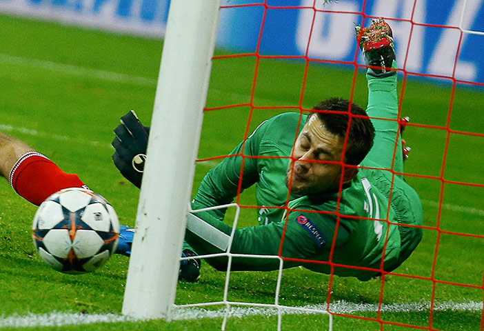 sport --: Arsenal's Fabianski saves a penalty