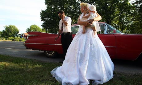 Newlywed raggare after a mass drive-in wedding in 2008 in Sweden