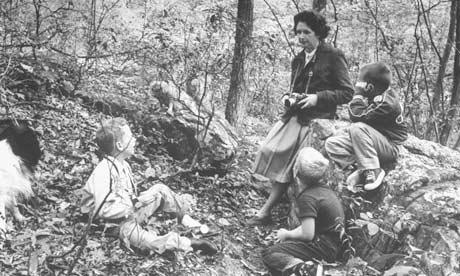 Rachel Carson dalam hutan berhampiran rumah beliau di Maryland  pada tahun 1962, tahun di mana Silent Spring telah diterbitkan. Gambar: Alfred Eisenstaedt / Masa & Life Pictures / Getty Image