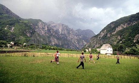 Femijet luajne me topa dhurate nga vullnetaret Angleze.