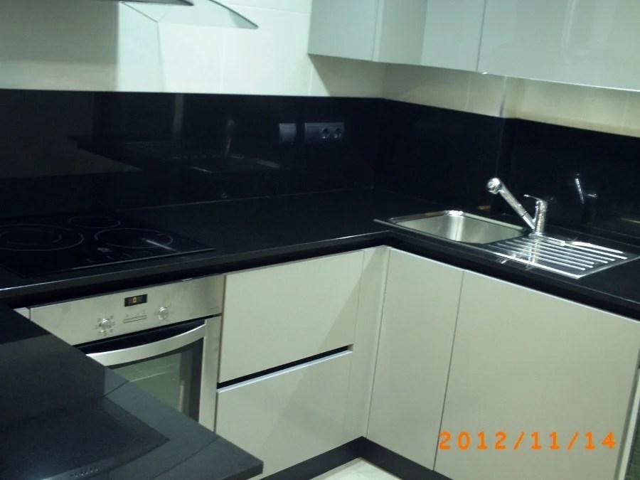Foto Encimera y Aplacado Pared en Granito Negro Intenso 2 Cm de Mrmoles Demetrio 294409  Habitissimo