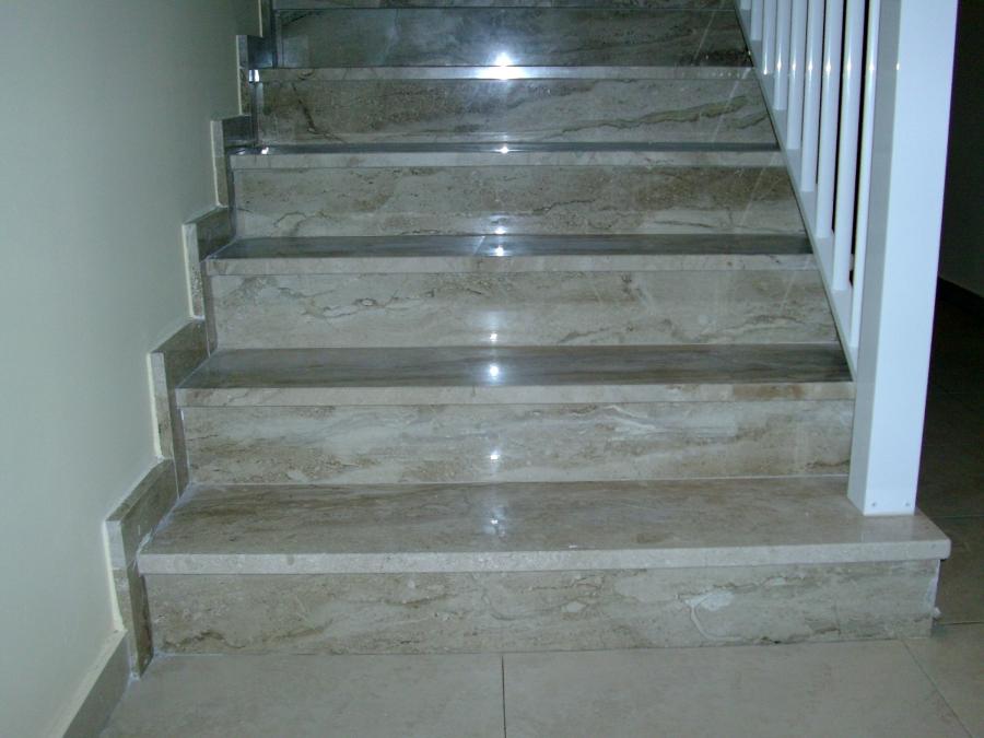 Foto Escalera Marmol Daino de Marmoles Pons 252259  Habitissimo