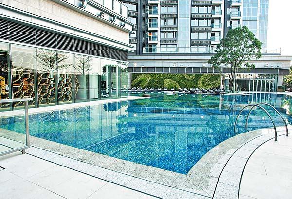 屋苑備有兩個戶外泳池及一個室內泳池。