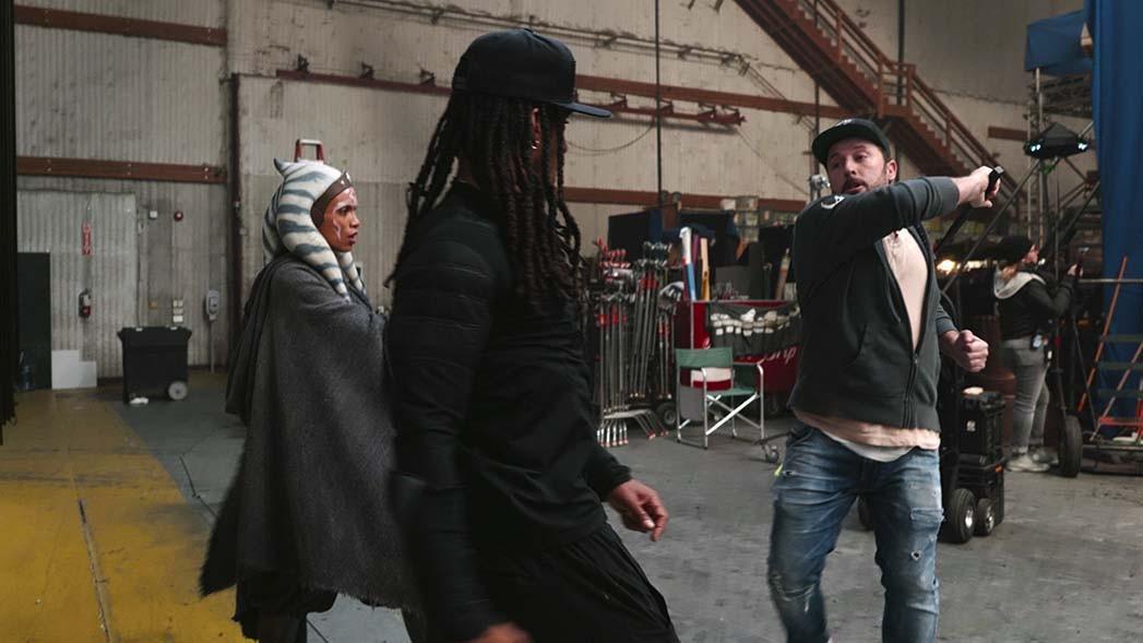 Rosario Dawson (izquierda) entrenando con Crowder y el coordinador de acrobacias Ryan Watson.