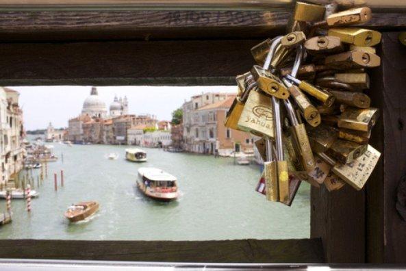 Lacăte puse de către turiști pe unul dintre podurile care traversează Marele Canal din Veneția. #shu#