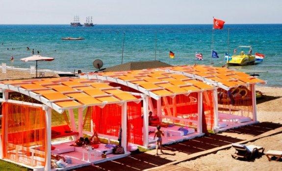 Instalații pentru turiști pe o plajă din Turcia.