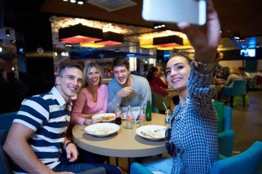 Tinerii Generației Z și mileniali recunosc că deconectarea de la rețelele sociale în vacanțe le-ar prinde bine... dar nu o fac.