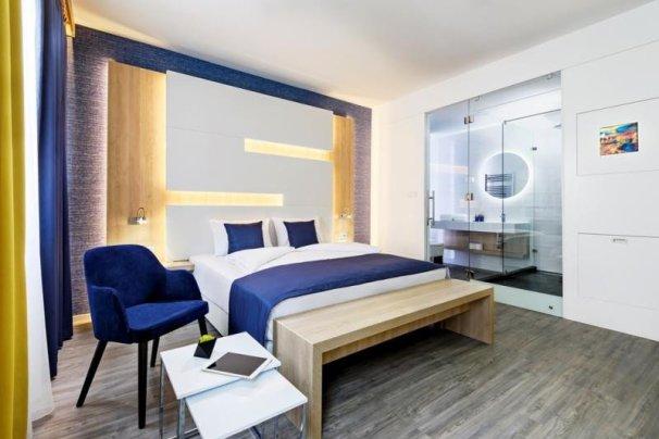 Cu telefonul său mobil, și prin aplicația TMRW, clientul poate controla toate aspectele șederii sale la hotel.