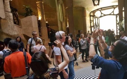 Turiști vizitând La Pedrera, Barcelona.