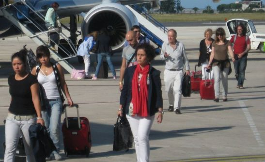 Pasageri în debarcare în aeroportul din Santander.