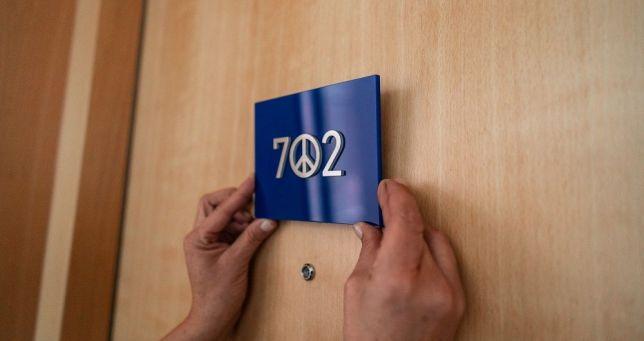 Camera 702 cu simbolul păcii.