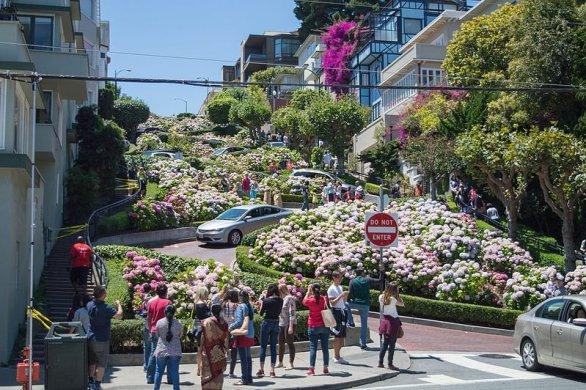 Strada Lombard Street din San Francisco, SUA. Fotografie: Supercarwaar/Wikimedia Commons.