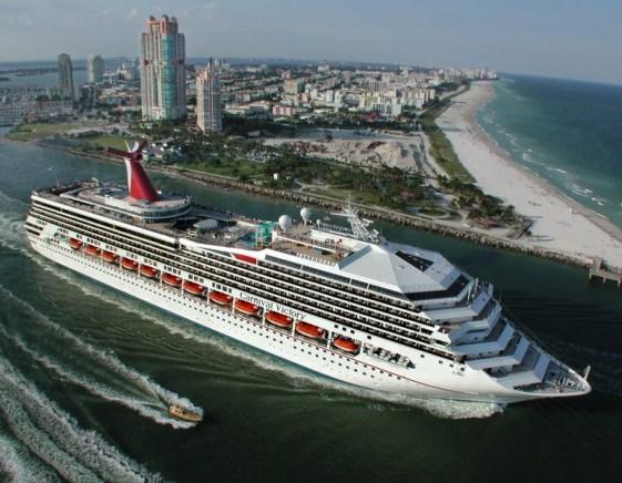 Carnival Victory ieșind din portul Miami, principalul său sediu din SUA.