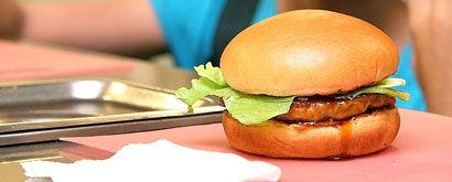 Lauantaina nautittu hampurilainen saattaa olla syynä voimistuneeseen näläntunteeseen vielä muutaman päivän kuluttuakin.