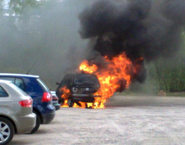 ILTALEHTI: Mopoauto syttyi palamaan Espoon Matinkylässä sijaitsevan koulun pihalla. Nuori kuski ehti nousta autosta ulos ennen kuin mopoauto roihahti ilmiliekkeihin. (14.5.)