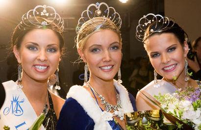 Tässä he ovat! Miss Suomi 2009 Essi Pöysti perintöprinsessojen keskellä.