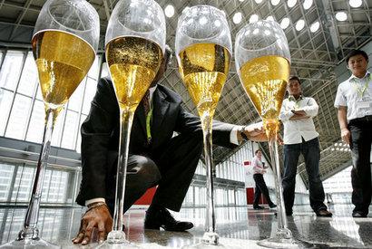 KUPLISTA VIIS! Singaporen viinimessuilla esitellyt samppanjalasilliset nousisivat päähän ilman hiilihappoakin.